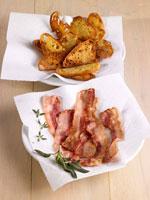 Fried bacon rashers and toasted bread 22199038413| 写真素材・ストックフォト・画像・イラスト素材|アマナイメージズ