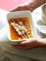 Marinated chicken skewers in a dish 22199039299| 写真素材・ストックフォト・画像・イラスト素材|アマナイメージズ