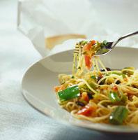 Spaghetti with onions, leeks & tomatoes