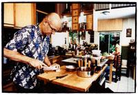 Man slicing onions in kitchen 22199040803| 写真素材・ストックフォト・画像・イラスト素材|アマナイメージズ