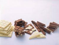 Pieces of white and dark Milka chocolate 22199042925  写真素材・ストックフォト・画像・イラスト素材 アマナイメージズ