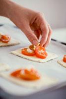 Putting tomatoes on puff pastry 22199043560| 写真素材・ストックフォト・画像・イラスト素材|アマナイメージズ