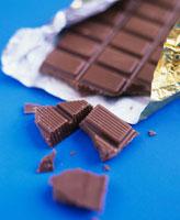 Broken bar of chocolate 22199043911  写真素材・ストックフォト・画像・イラスト素材 アマナイメージズ