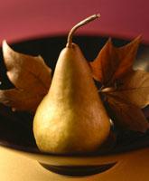 A pear with autumn leaves 22199044129  写真素材・ストックフォト・画像・イラスト素材 アマナイメージズ