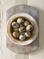 Quails eggs in a bowl 22199045688| 写真素材・ストックフォト・画像・イラスト素材|アマナイメージズ