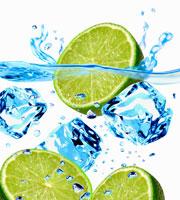 Ice cubes and lime halves falling 22199045945  写真素材・ストックフォト・画像・イラスト素材 アマナイメージズ