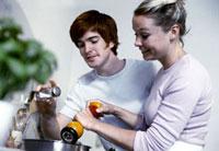 Young couple seasoning soup 22199052307| 写真素材・ストックフォト・画像・イラスト素材|アマナイメージズ