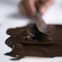Spreading melted chocolate on a work surface 22199054118| 写真素材・ストックフォト・画像・イラスト素材|アマナイメージズ