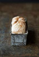 Rye bread in a loaf tin 22199056515| 写真素材・ストックフォト・画像・イラスト素材|アマナイメージズ