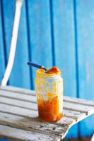 A jar of apricot jam on garden chair 22199056583  写真素材・ストックフォト・画像・イラスト素材 アマナイメージズ