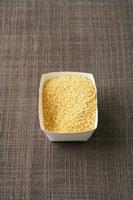 Couscous in a cardboard punnet 22199056597| 写真素材・ストックフォト・画像・イラスト素材|アマナイメージズ