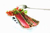 Seared tuna fillets with herbs 22199056634  写真素材・ストックフォト・画像・イラスト素材 アマナイメージズ