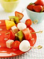 Fruit,tomatoes and mozzarella on skewers 22199056658| 写真素材・ストックフォト・画像・イラスト素材|アマナイメージズ