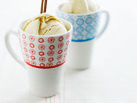 Cinnamon ice cream in mugs