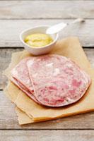Sliced brawn with mustard 22199056761  写真素材・ストックフォト・画像・イラスト素材 アマナイメージズ
