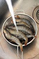 Washing raw prawns