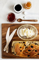 Raisin bread with butter and various spreads 22199056909| 写真素材・ストックフォト・画像・イラスト素材|アマナイメージズ