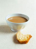 Cafe au lait and a piece of brioche 22199057173| 写真素材・ストックフォト・画像・イラスト素材|アマナイメージズ