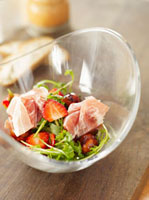 Rocket salad with strawberries and ham