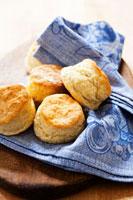 Homemade Buttermilk Biscuits on Cloth Napkin 22199057518| 写真素材・ストックフォト・画像・イラスト素材|アマナイメージズ