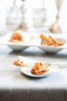 Cream Cheese Spread on a Cracker 22199057534| 写真素材・ストックフォト・画像・イラスト素材|アマナイメージズ