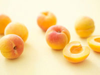 Several apricots�Cwhole and halved