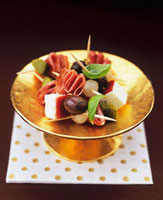 Sheep's cheese,salami,olives and onions on cocktail sti 22199061024| 写真素材・ストックフォト・画像・イラスト素材|アマナイメージズ