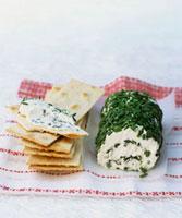 Fresh goat's cheese roll with chives,crackers 22199061079| 写真素材・ストックフォト・画像・イラスト素材|アマナイメージズ