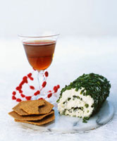 Fresh goat's cheese roll with chives,crackers 22199061080| 写真素材・ストックフォト・画像・イラスト素材|アマナイメージズ