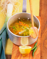 Leek and carrot soup with ginger and garlic in pan 22199061081| 写真素材・ストックフォト・画像・イラスト素材|アマナイメージズ