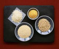 Pearl barley,quinoa,risotto rice and bulgur on plates 22199061109| 写真素材・ストックフォト・画像・イラスト素材|アマナイメージズ
