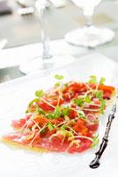 Tuna Sashimi with Chilies,Extra Virgin Olive Oil and Maldo 22199063501| 写真素材・ストックフォト・画像・イラスト素材|アマナイメージズ