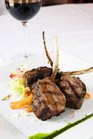 Grilled Lamb Chops Entree with Red Wine 22199063504| 写真素材・ストックフォト・画像・イラスト素材|アマナイメージズ