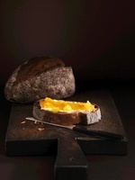 Slices of honey bread with half a loaf of bread in the backg 22199063901| 写真素材・ストックフォト・画像・イラスト素材|アマナイメージズ