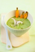Spinach soup with grated coconut and carrots 22199063967| 写真素材・ストックフォト・画像・イラスト素材|アマナイメージズ