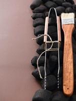 Barbeque tongs, a brush and coal 22199064910| 写真素材・ストックフォト・画像・イラスト素材|アマナイメージズ