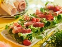 Rolls of ham on crispbread with herb cream 22199065146| 写真素材・ストックフォト・画像・イラスト素材|アマナイメージズ