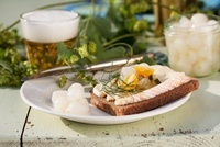 Cheese bread with silver onions and beer