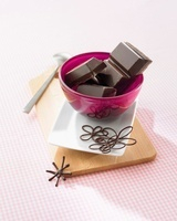 Pieces of chocolate in a bowl 22199066079  写真素材・ストックフォト・画像・イラスト素材 アマナイメージズ