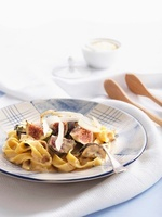 Tagliatelle with figs and cheese sauce 22199067054| 写真素材・ストックフォト・画像・イラスト素材|アマナイメージズ