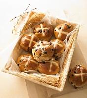 Hot cross buns in a bread basket 22199067756| 写真素材・ストックフォト・画像・イラスト素材|アマナイメージズ