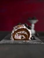 Sponge roll with berries 22199069016| 写真素材・ストックフォト・画像・イラスト素材|アマナイメージズ
