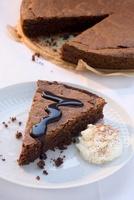 Chocolate cake with chocolate sauce and cream 22199069588| 写真素材・ストックフォト・画像・イラスト素材|アマナイメージズ
