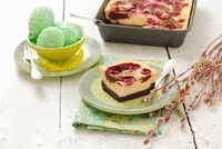 Tray-bake cheesecake with sour cherries for Easter 22199069610  写真素材・ストックフォト・画像・イラスト素材 アマナイメージズ