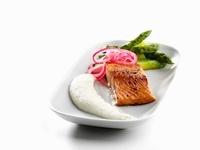 Salmon marinated in honey with Jerusalem artichoke puree and