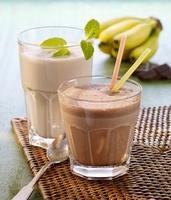 Chocolate shake with straws and a banana shake 22199069907  写真素材・ストックフォト・画像・イラスト素材 アマナイメージズ