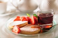 Pancakes with maple syrup and strawberries