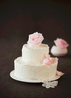 A festive vanilla cake with roses