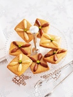 Biscuits with light and dark almonds
