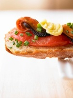 Toast with tomatoes and mussels